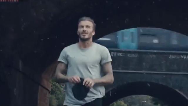 贝克汉姆出演英超宣传片 被曼城球迷宠物狗狂追