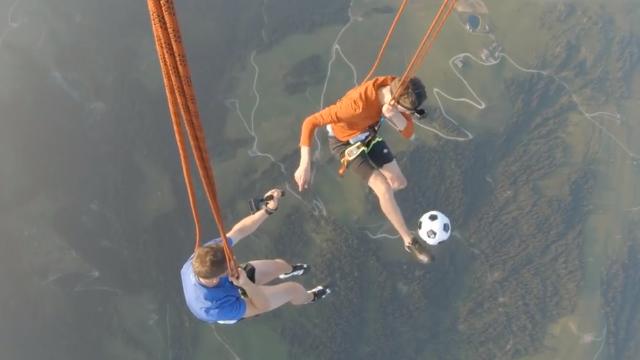 真是厉害上天了!两小哥乘热气球挑战空中花式足球