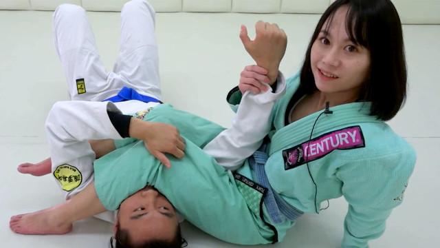 人不可貌相!萌萌的美女教练示范巴西柔术
