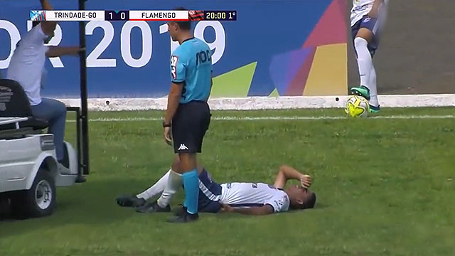 特林达迪球员受伤倒地后 医疗人员乘车补刀