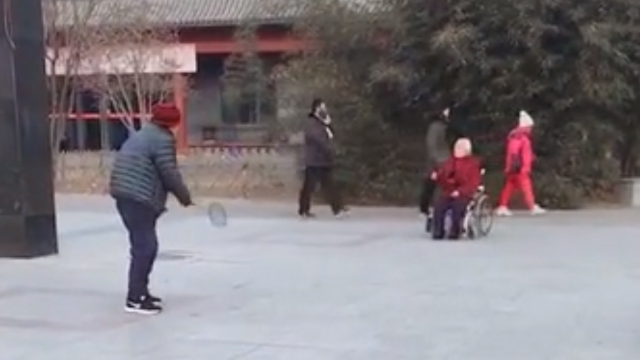 坐轮椅也要陪你打球!这就是爱情的模样