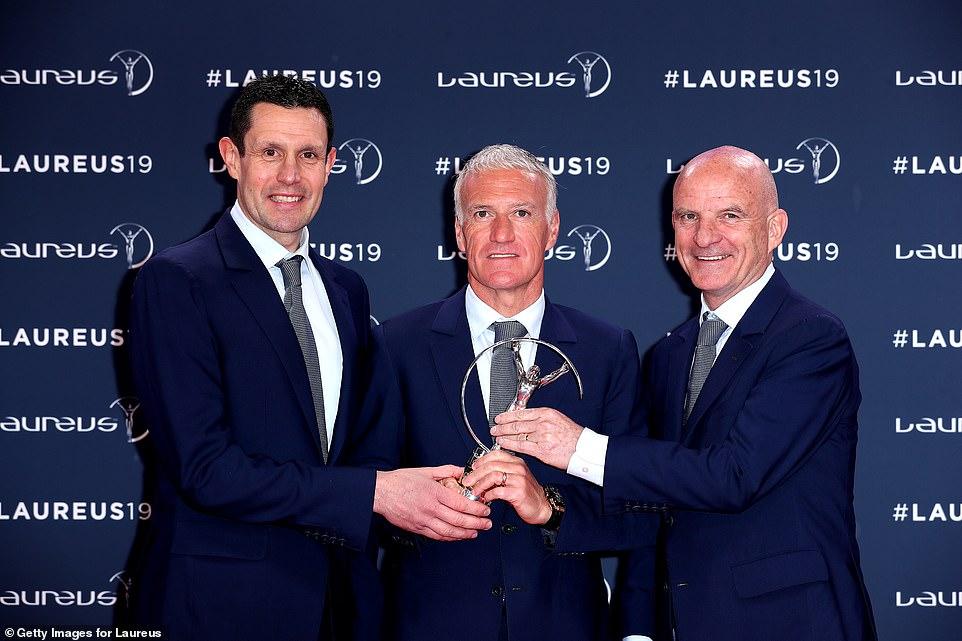 法国队被授予年度最佳团队奖 主教练德尚出席接受颁奖.jpg