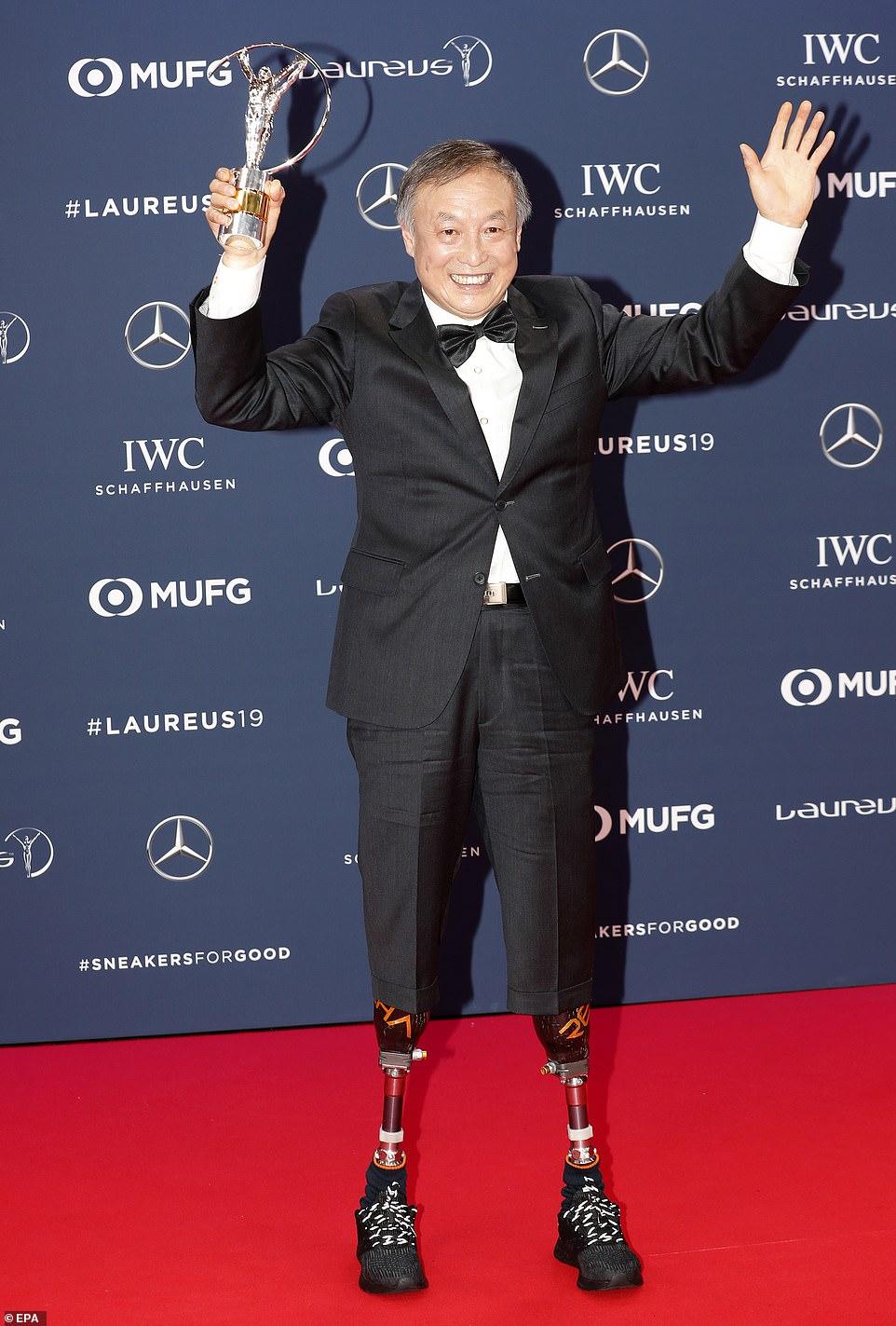 中国第一位靠假肢登上珠峰的登山家夏伯渝出席颁奖典礼.jpg
