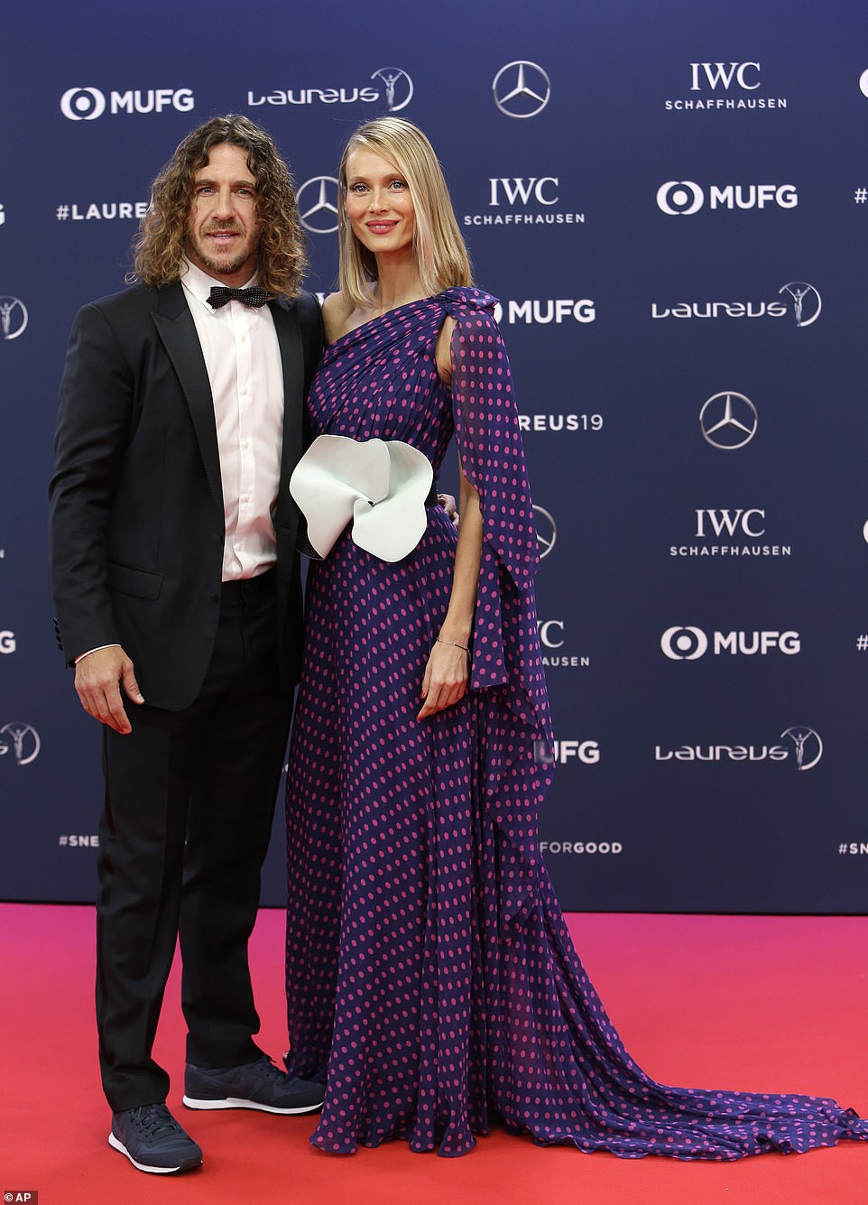 普约尔妻子凡妮莎洛伦佐的深紫色红点长裙成为会场焦点.jpg
