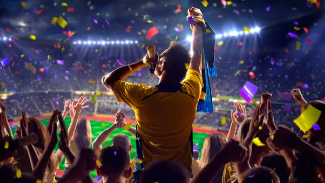 队员们纷纷与奖杯合影留念 与球迷一同分享喜悦